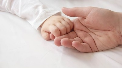 Вземане на стволови клетки - бебе и възрастен осъществяват връзка